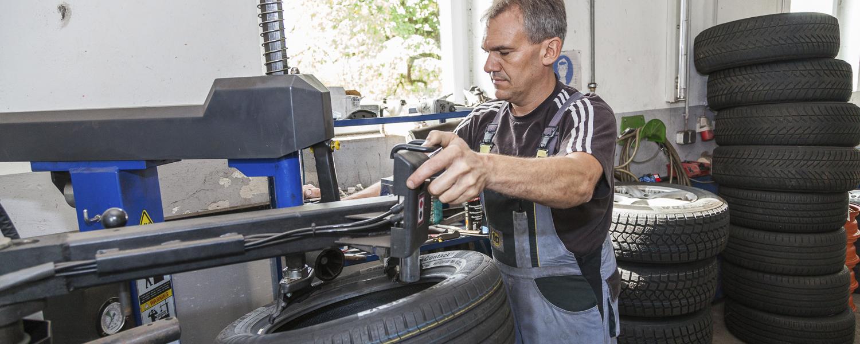 Reifenerneuerung/-wechsel mit Wuchten und Montieren
